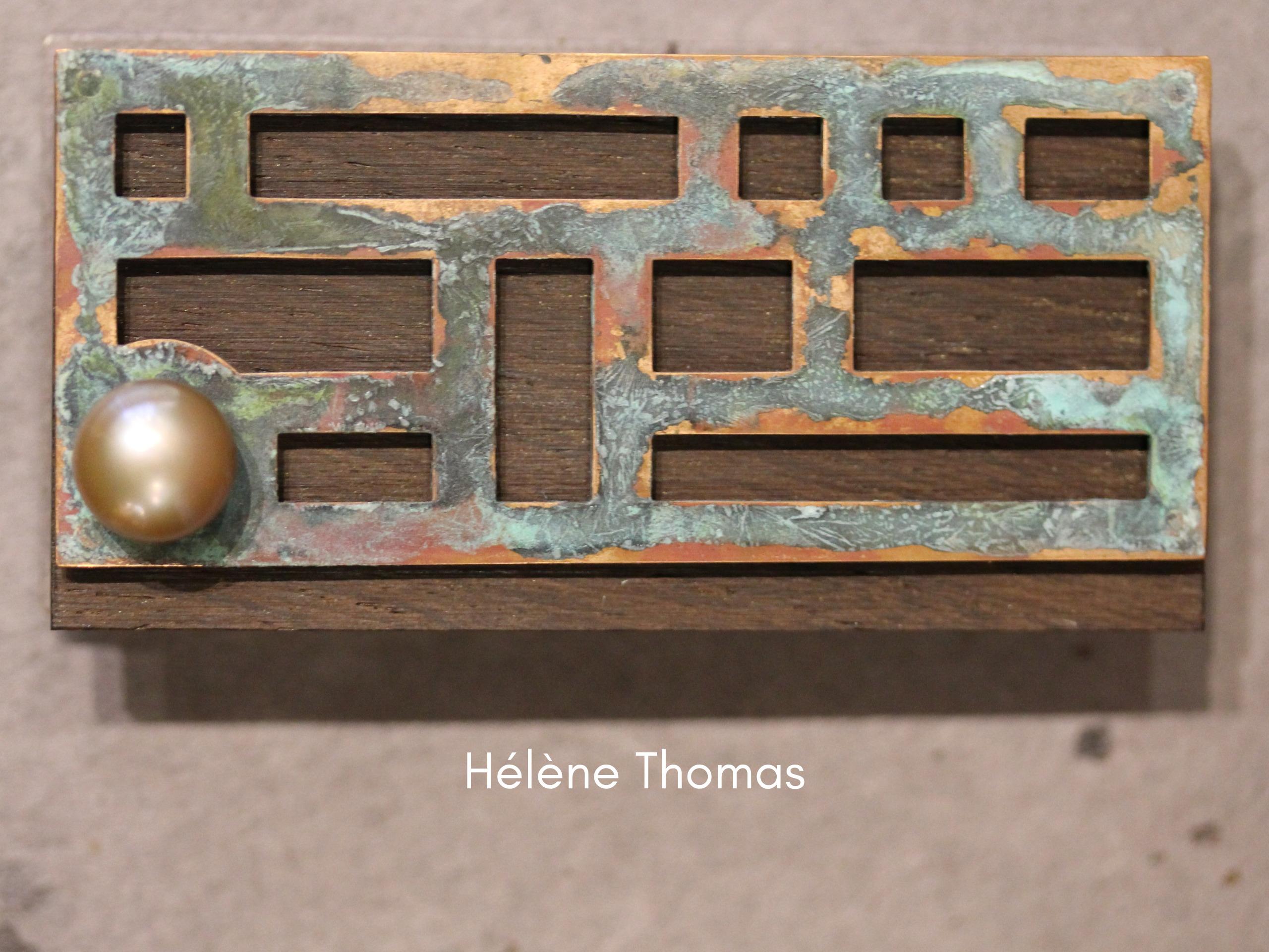 photographie représentant une broche de Hélène Thomas avec une perle sertie sur un ensemble reprenant le thème des fenêtres.
