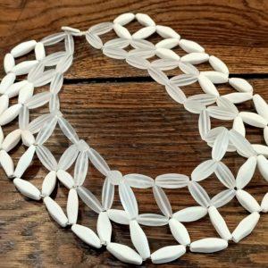 Photo représentant un collier en porcelaine et cristal de roche