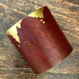 Photographie montrant un bracelet manchette en bronze patiné.