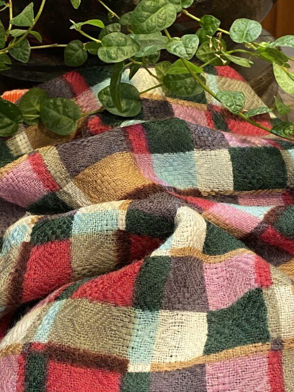 Etole en laine motifs carrés.