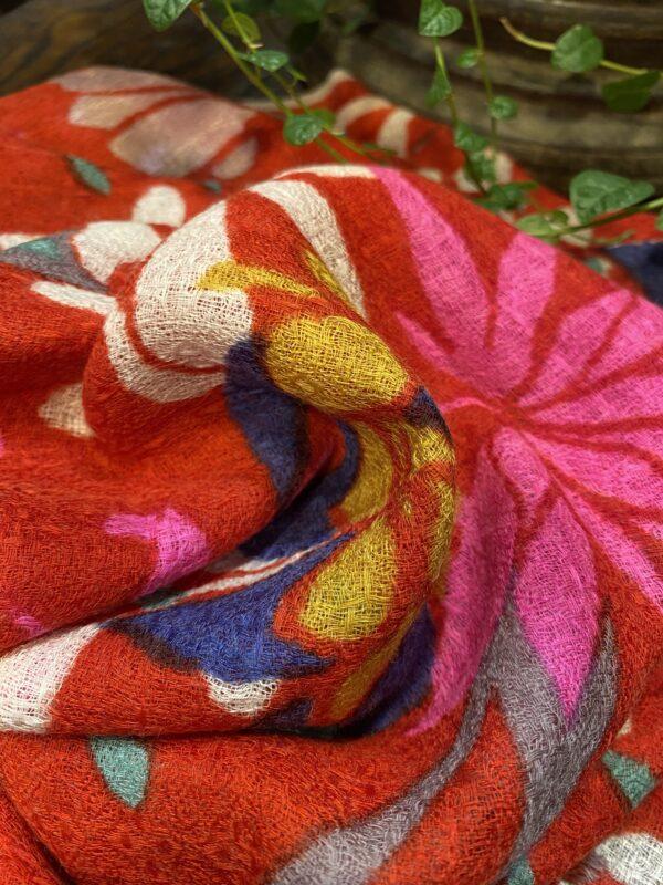 Etole en laine motifs floraux.