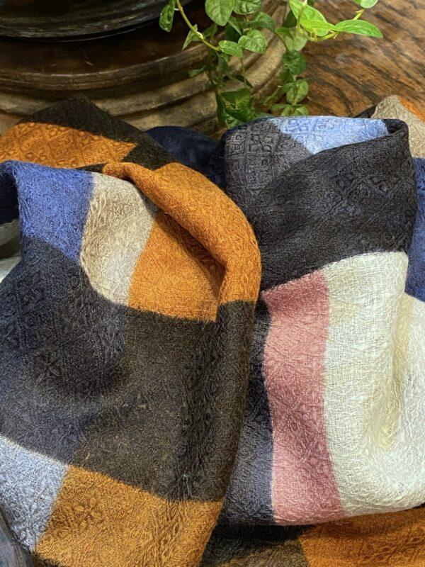 Châle en laine motifs carrés.