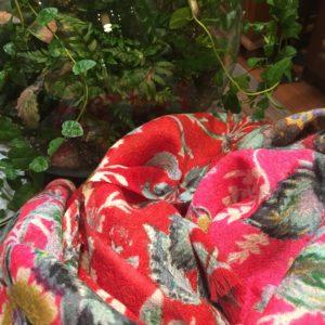 Châle en laine motifs floraux.