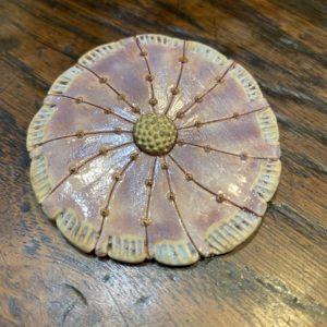 Broche en grès blanc émaillé couleur lilas