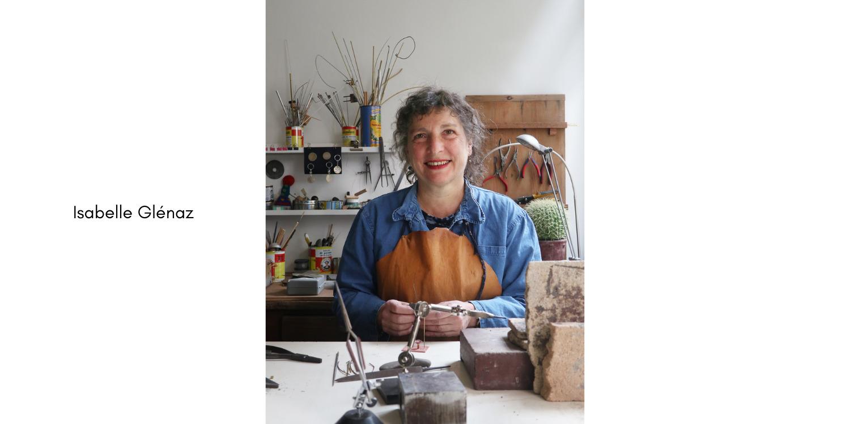 photographie représentant Isabelle Glenaz dans son atelier à Paris.