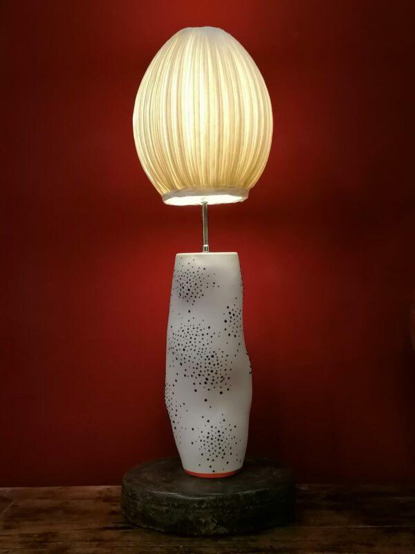 Lampe en porcelaine blanche avec rehauts bleus de'Eric Hibelot et Papier à Etres.