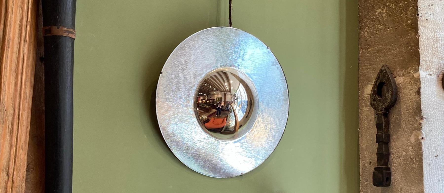 miroir thermoformé de monika mojduszka à la galerie kara