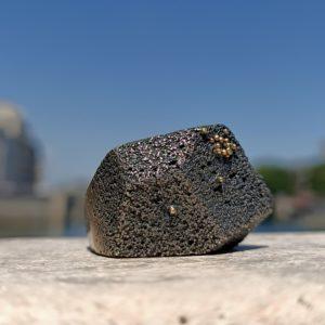 Photo montrant une bague en argent noirci avec des gouttelettes d'or sur le dessus.